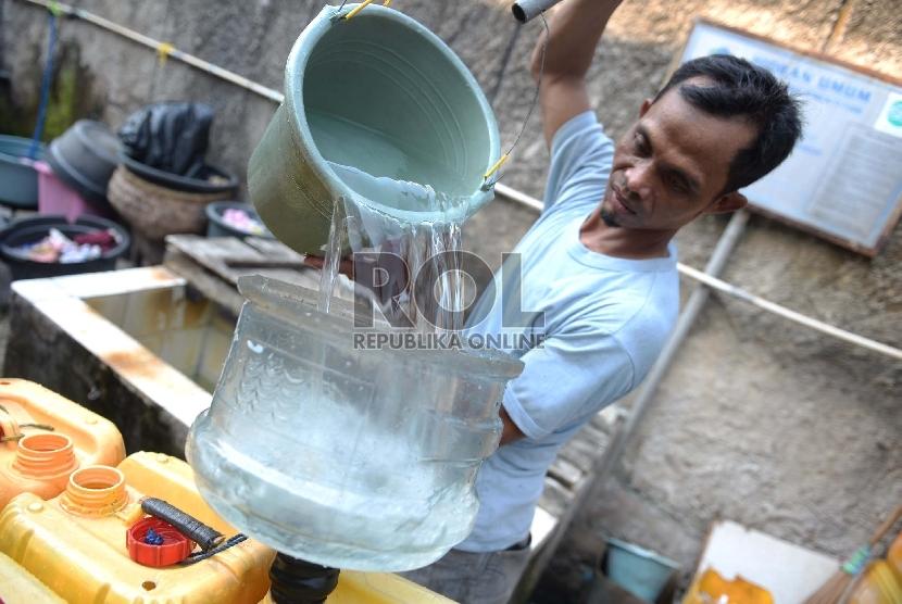 Kebutuhan Air Bersih Jakarta. Pedagang air mengisi jerigen untuk dijual di Jakarta, Selasa (28/7).     (Republika/WIhdan)