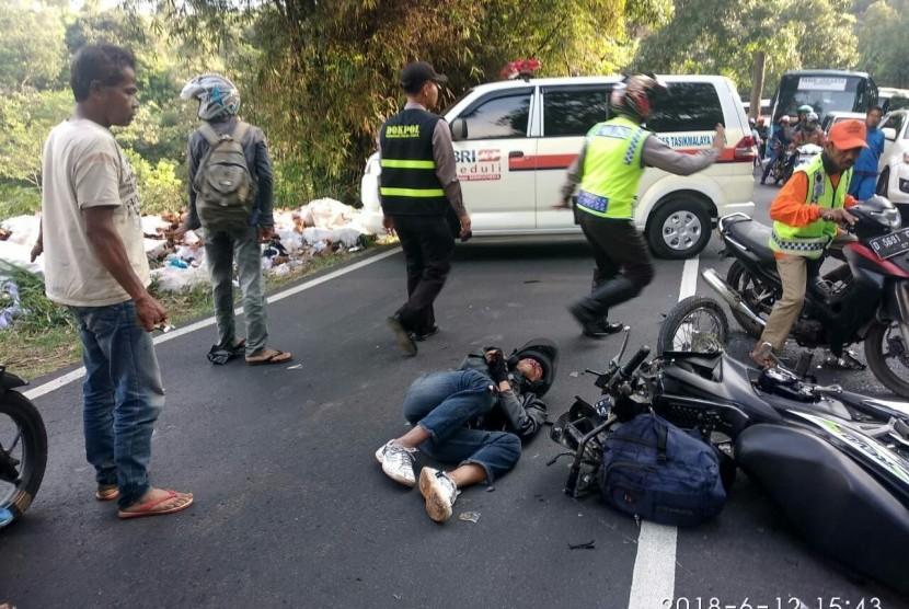 Kecelakaan terjadi di turunan puspa kawasan Gentong Kecamatan Kadipaten Kabupaten Tasikmalaya pada Selasa, (12/6) sekitar pukul 16.00 WIB. Kecelakaan melibatkan satu unit sepeda motor dan satu unit mobil.