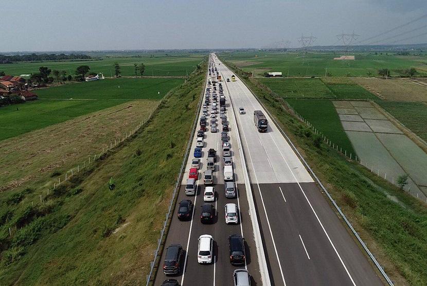 Kecelakaan tol pejagan - pemalang , Kamis (30/5) sedang ditangani petugas kepolisian. Akibat kecelakaan tersebut terjadi kemacetan sekitar 3 km.