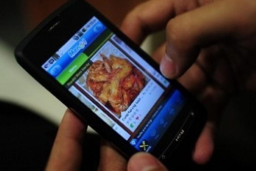Internet melalui ponsel makin menjadi kebutuhan. (Ilustrasi)