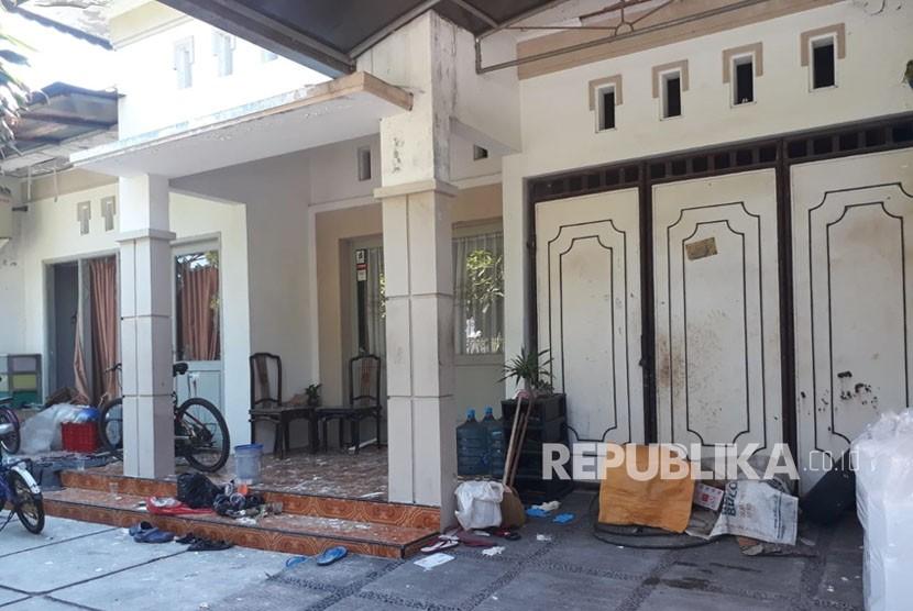 Kediaman pelaku bom bunuh diri, Dita Oepriarto dan keluarganya di Jalan Wonorejo Asri XI Blok K/22, Rungkut, Surabaya, Jatim.