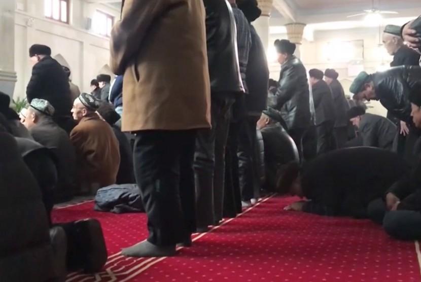 Kegiatan ibadah Shalat di Masjid Jiamai, Kota Hotan, Xinjiang