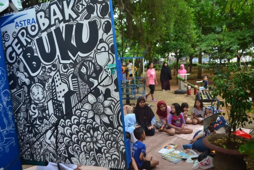Kegiatan mendongeng di Kampung Berseri Astra Pinang, Kota Tangerang, Ahad (23/12).