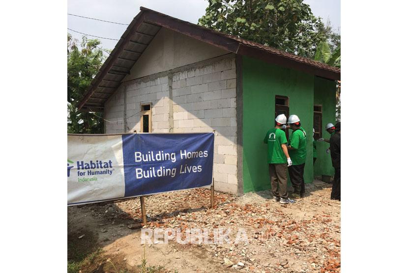 Kegiatan pembangunan rumah layak huni warga kurang mampu yag dilakukan PT Intiland Development TBK dan Habitat For Humanity Indonesia.
