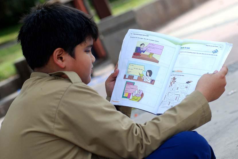 Anak membaca buku (ilustrasi).