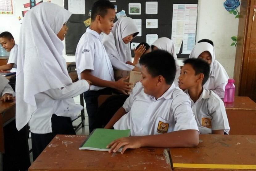 Siswa siswi SMP sedang melaksanakan kegiatan belajar di sekolah