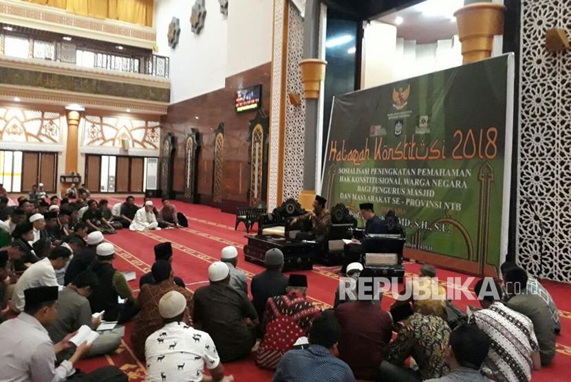 kehadiran Pakar Hukum Tata Negara, Mahfud MD ngabuburit bersama warga NTB di Masjid Hubbul Wathan, Islamic Center NTB dalam Halaqah Konstitusi tentang sosialisasi hak konstitusional warga pada Kamis (24/5).