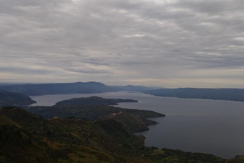 Keindahan Danau Toba terpancar dari atas ketinggian di Panatapan Huta Ginjang, Tapanuli Utara, Sumatra Utara