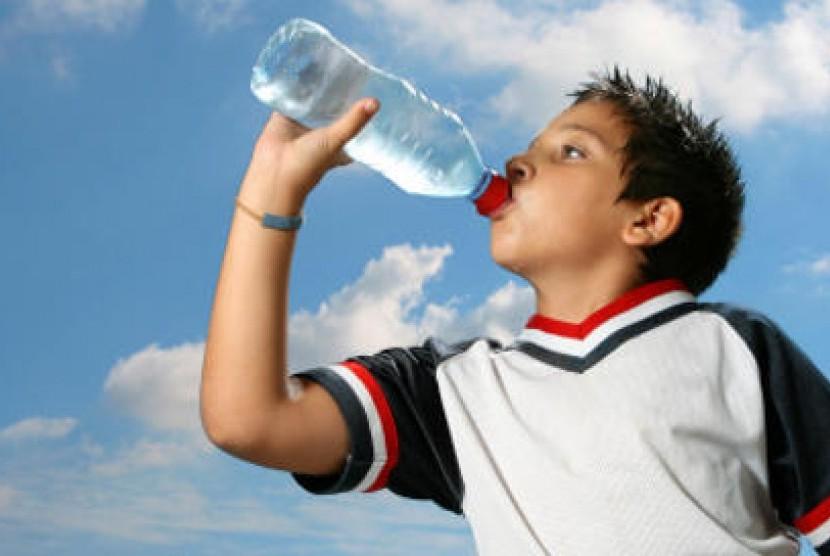 Anak minum air putih. (ilustrasi)