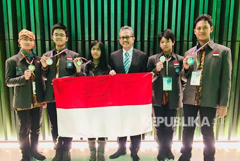 Kelima pelajar asal Indonesia peraih dua emas dan tiga perak dalam olimpiade sains tingkat internasional di Arnhem, Belanda, pada Senin (12/12).