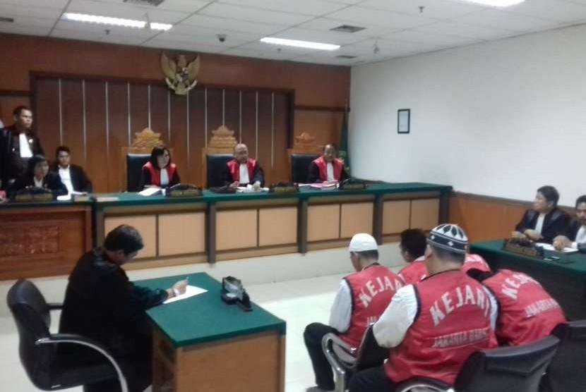 Kelima terdakwa kasus pengedaran ganja 1,3 ton asal Aceh dituntut hukuman mati. Pengadilan Negeri Jakarta Barat, Rabu (19/9).