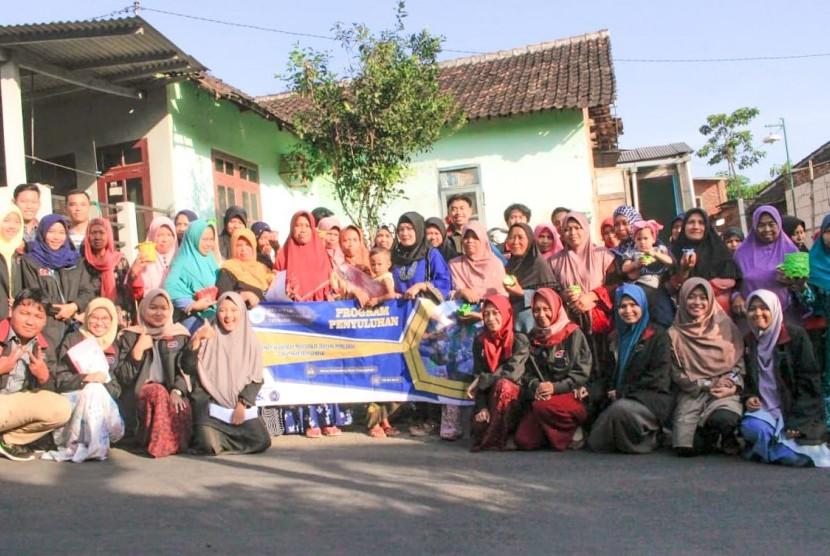 Kelompok Kuliah Kerja Nyata Pembelajaran Pemberdayaan Masyarakat (KKN PPM) 148 Universitas Muhammadiyah Malang (UMM) memberikan solusi tentang bagaimana mengolah sampah di Desa Tawangargo, Kecamatan Karangploso, Kabupaten Malang.