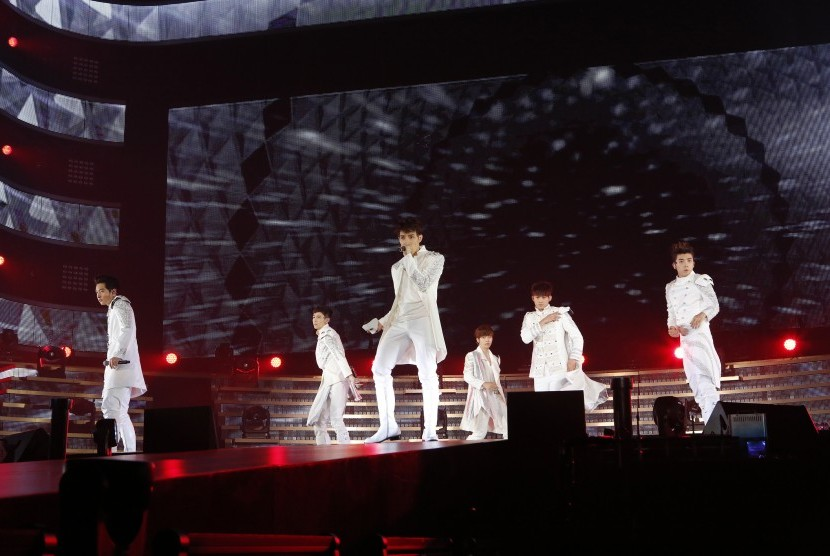 Kelompok musik Korea 2PM.