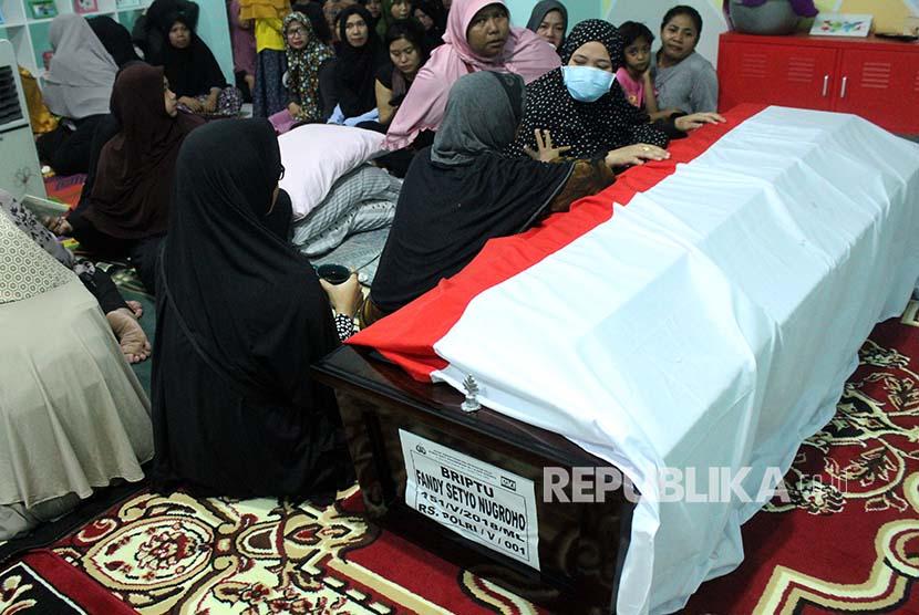 Keluarga berdoa di samping peti jenazah korban kerusuhan Rutan Mako Brimob almarhum Briptu Fandy Setyo Nugroho di rumah duka, di Kompleks Polri, Jatirangga, Bekasi, Jawa Barat, Rabu (9/5).