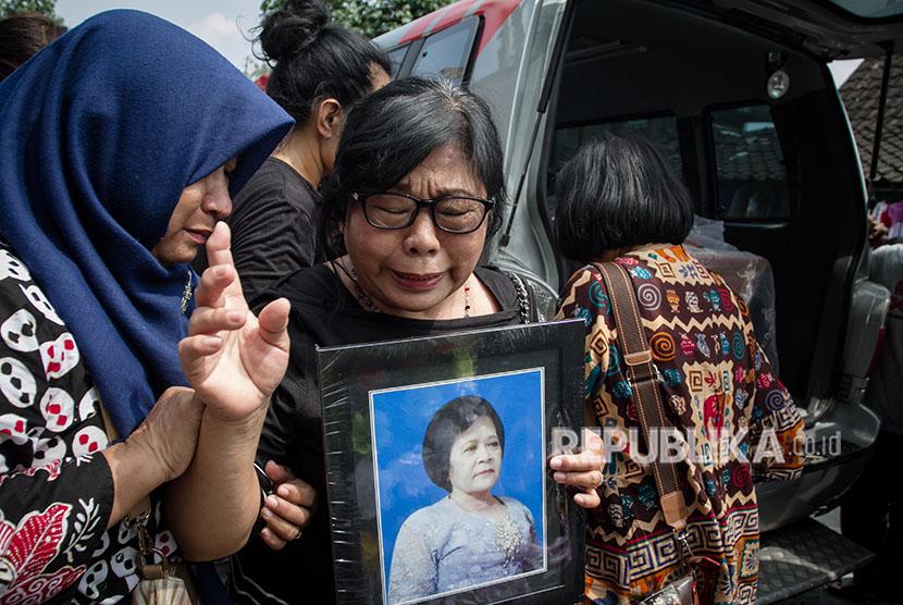 [ilustrasi] Keluarga beserta kerabat membawa foto Sri Pujiastuti korban bom Surabaya saat mengikuti prosesi pemakaman di TPU Bonoloyo, Solo, Jawa Tengah, Selasa (15/5).