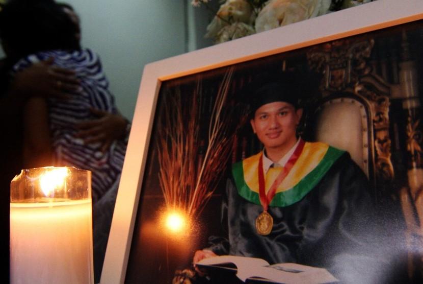 Keluarga dokter Dionisius Giri Samodra alias dr Andra (24) menerima ucapan belasungkawa saat jenazah tiba di rumah duka di Komplek Mahkamah Agung, Pamulang, Tangerang Selatan, Banten, Jumat (13/11). (Antara/Muhammad Iqbal)
