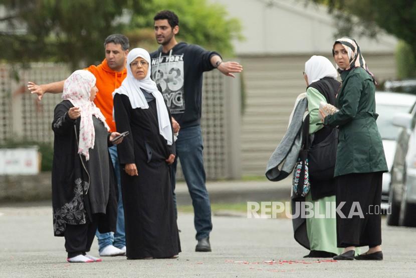 Keluarga korban berdiri di luar masjid  setelah penembakan yang mengakibatkan banyak kematian dan cedera di Masjid Al Noor di Deans Avenue di Christchurch, Selandia Baru, (15/3 2019).
