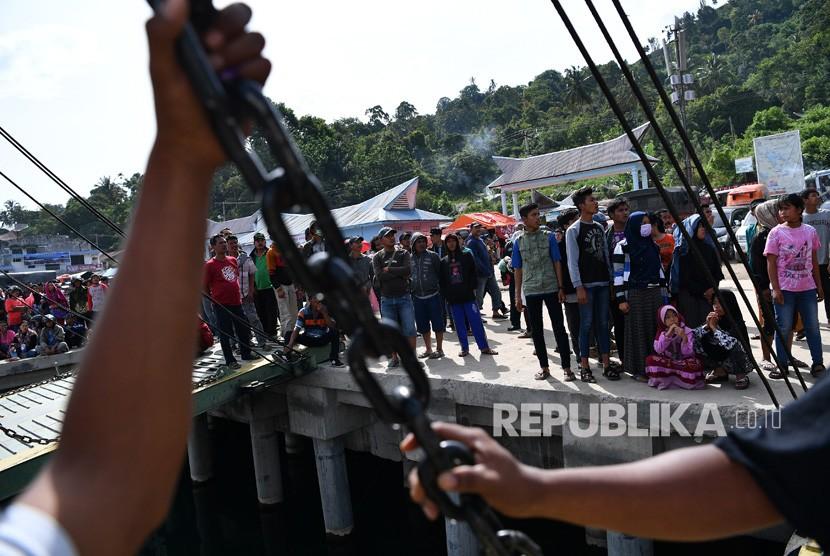 Keluarga korban dan warga menanti kabar hasil operasi SAR tenggelamnya KM Sinar Bangun di Danau Toba, Sumatera Utara, Rabu (27/6).