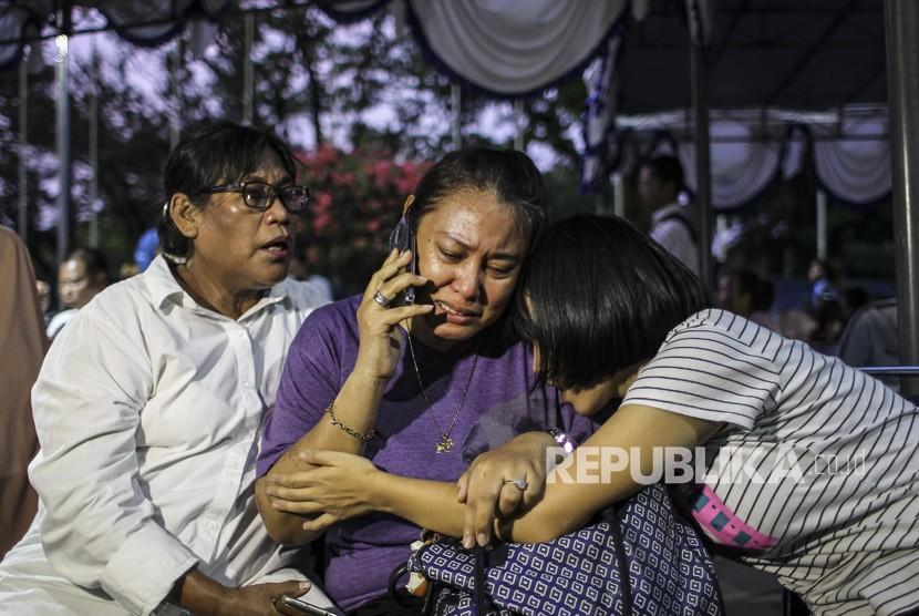 Keluarga korban jatuhnya pesawat Lion Air JT-610 rute Jakarta-Pangkalpinang, Lydia Levina (tengah) berada di Crisis Center Bandara Halim Perdanakusuma, Jakarta, Senin (29/10/2018).