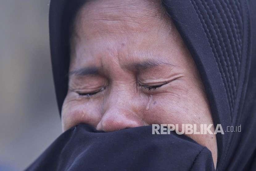 Keluarga korban menangis saat proses evakuasi jenazah korban gempa tsunami Palu di Hotel Mercure, Palu, Sulawesi Tengah, Jumat (5/10).
