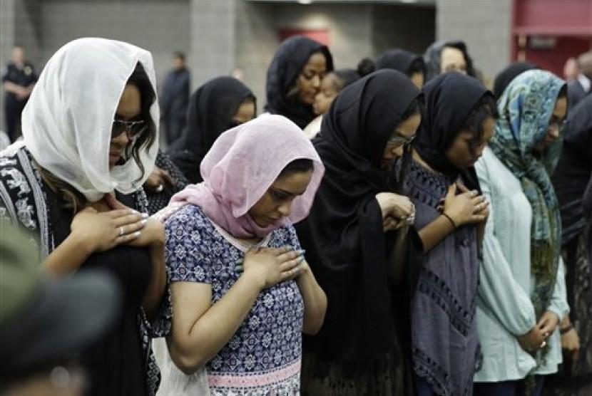 Pendeta Terkemuka Memeluk Pemimpin Nation Of Islam Di Pemakaman Ali Republika Online