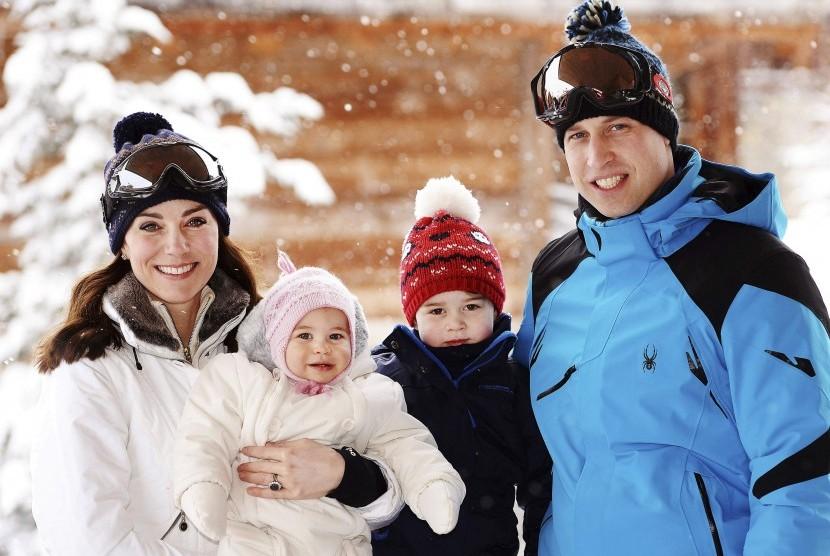 Keluarga Pangeran William saat menikmati salju di Frech Alps.