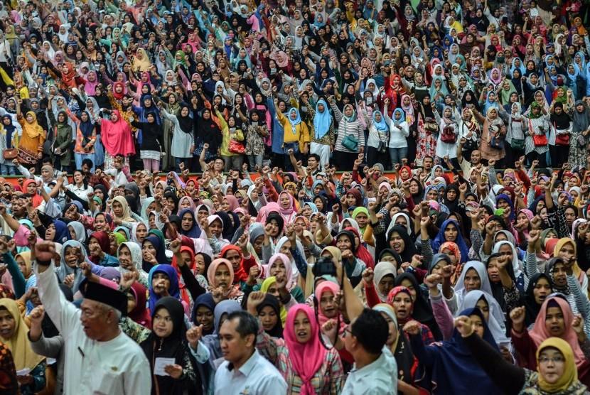 Keluarga Penerima Manfaat (KPM) menyanyikan mars Program Bantuan Harapan (PKH) saat acara Penyaluran Bantuan Sosial PKH dan Penyaluran Bantuan Pangan Non Tunai (BPNT) di Gor Dadaha, Kota Tasikmalaya, Jawa Barat, Kamis (11/4/2019).
