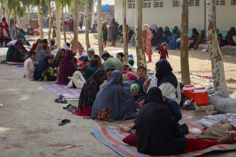 Keluarga pengungsi internal Afghanistan digambarkan saat mereka tiba di sebuah kamp pengungsi di Kandahar, yang melarikan diri dari pinggiran kota karena pertempuran yang sedang berlangsung antara pejuang Taliban dan pasukan keamanan Afghanistan [Javed Tanveer/AFP]