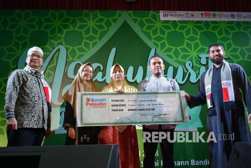 Keluarga yang mendonasikan rumah pribadinya untuk masyarakat Palestina dalam Acara Ngabuburit Bersama Imam Muda Bumi Syam, di Ballroom Hotel Grand Bidakara Savoi Homann Bandung, di Jalan Asia Afrika, Jum'at (8/6).