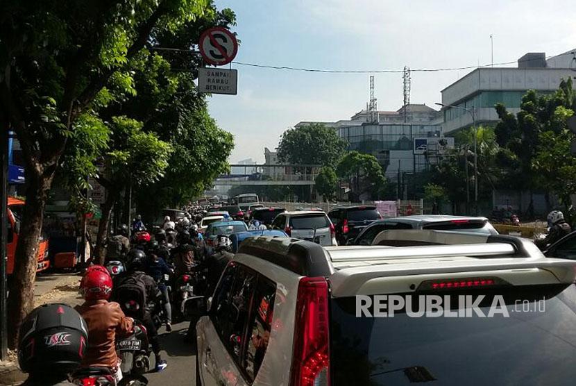 Kemacetan arus lalu lintas yang parah terjadi di ruas Jalan Warung Buncit Raya hingga Jalan Mampang Prapatan Raya, Jakarta Selatan, Senin (10/4).