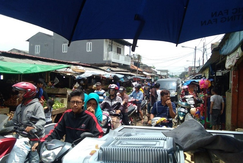 Kemacetan di jalan depan Pasar Bantar Gebang. PKL membuka lapak dagangannya hampir memakan separuh jalan, menyebabkan jalan tersebut macet. Belum lagi banyaknya sampah yang berserakan serta genangan air ketika hujan, membuat jalan tersebut kian tidak nyaman dilewati.