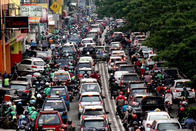 Kemacetan di ruas jalan Margonda Raya, Kota Depok, Jawa Barat, Jumat (21/6/2019).