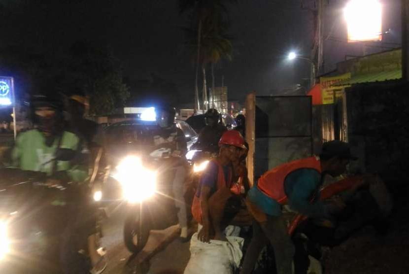 Kemacetan lalu lintas di Jalan Bukit Serua, Ciputat, Tangerang Selatan akibat pemasangan kabel aliran listrik di sisi jalan, dari arah Serua ke Ciputat, Jumat (10/8).