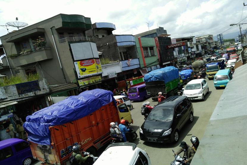 Kemacetan lalu lintas terjadi di Jalan Raya Sukabumi-Bogor tepatnya di sekitar Pasar.Cibadak, Kecamatan Cibadak, Kabupaten Sukabumi Senin (23/1).