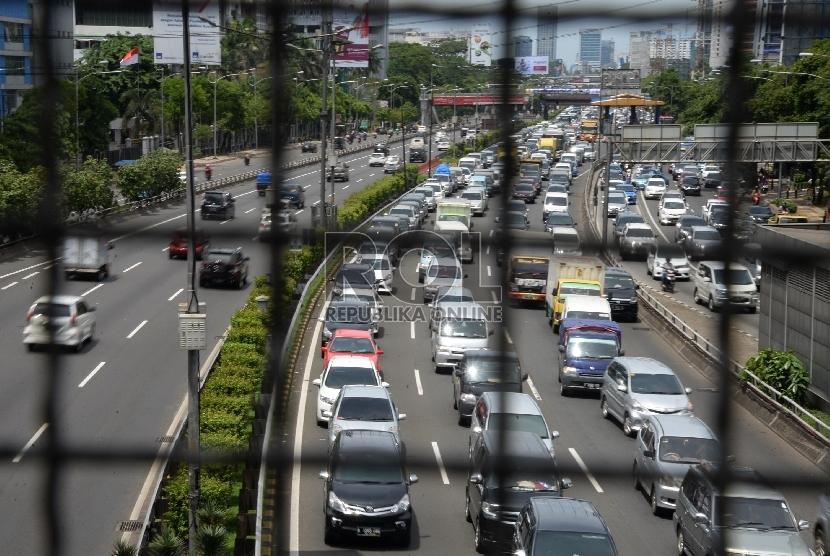 Kemacetan panjang terjadi di Tol Dalam Kota arah Tol Cikampek, Kamis (24/12).  (Republika/Yasin Habibi)