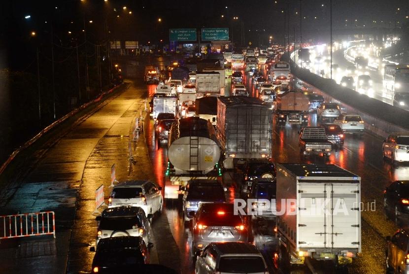 Kemacetan terjadi di tol jorr saat atap gardu tol yang ambruk di pintu Gardu Tol Cikunir 2, Bekasi, Jawa Barat, Ahad (14/2).Republika/Yasin Habibi
