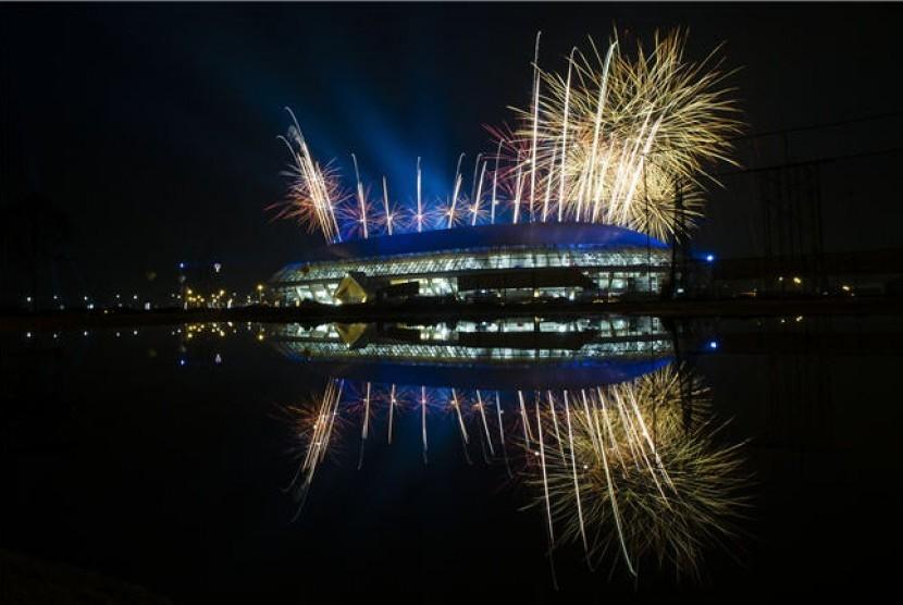 Kembang api menyala menandai dibukanya Pekan Olahraga Nasional (PON) XVIII Riau di Stadion Utama Riau, Pekanbaru, Riau, Selasa (11/9).