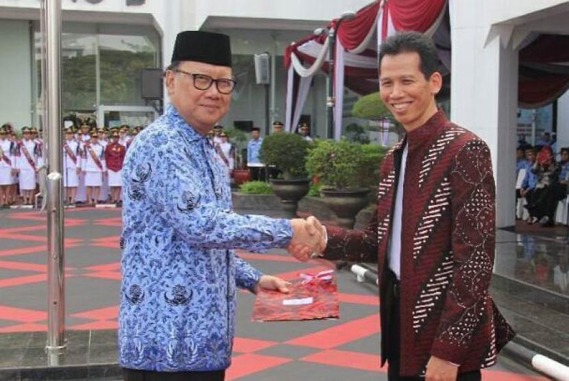 Mendagri Tjahjo Kumolo (kiri) dan Direktur BSI Naba Aji Notoseputro berjabat tangan seusai menandatangani MoU antara Kemendagri dan BSI di Jakarta, Kamis (1/6).