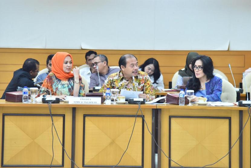 Kemendes PDTT mengikuti rapat kerja membahas pelaksanaan undang-undang No 18 tahun 2017 tentang PPMI bersama DPR RI di Ruang Rapat Pansus B, Gedung Nusantara II DPR RI, Jakarta, Rabu (3/10).
