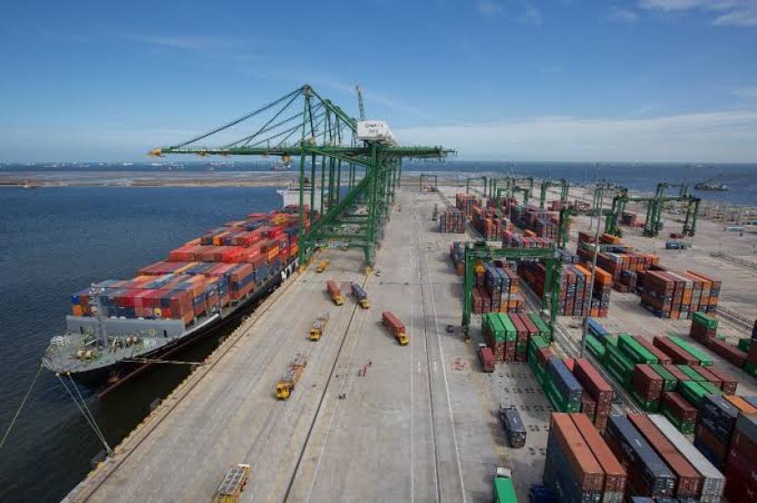 Proses bongkar muat petikemas di pelabuhan.