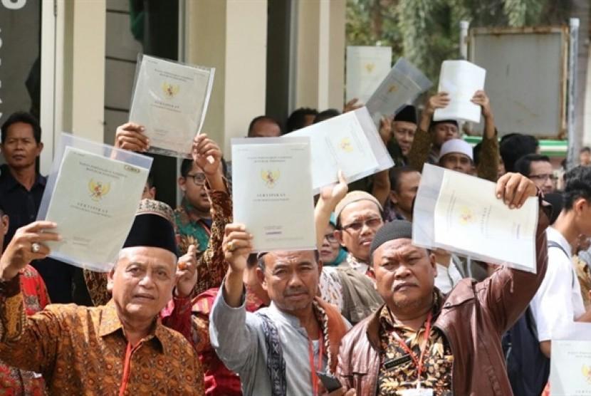 Kementerian Agraria dan Tata Ruang/Badan Pertanahan Nasional (BPN) menyerahkan sertifikat tanah wakaf kepada masyarakat Jawa Barat.