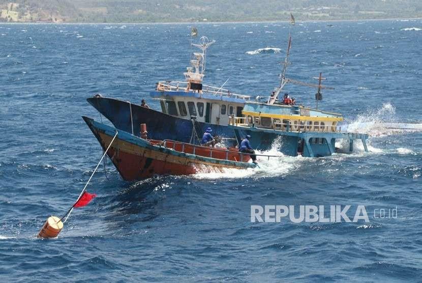 Kementerian Kelautan dan Perikanan (KKP) bersama Satgas 115 kembali menenggelamkan 125 Kapal pelaku Illegal Fishing serentak di 11 (sebelas) lokasi di seluruh Indonesia di Bitung, Sulawesi Utara, Senin (20/8).