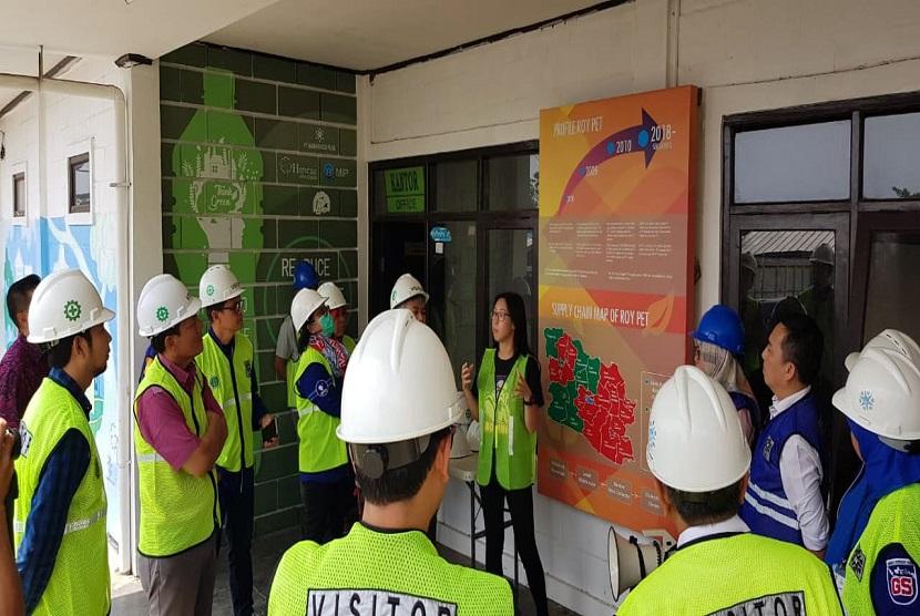 Kementerian Kelautan dan Perikanan RI melakukan kunjungan ke Recyling Business Unit yang dikembangkan oleh Danone-AQUA dan Pabrik PT Namasindo Plas yang memproduksi PET daur ulang di Bandung, Jawa Barat.