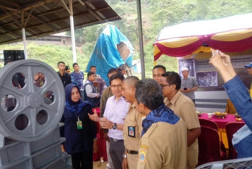 Kementerian Lingkungan Hidup dan Kehutanan (LHK) memberikan bantuan alat pengolah dengan teknologi ramah lingkungan kepada kelompok penambang di Dezsa Lebaksitu, Kecamatan Lebakgedong, Banten, Senin (10/12).