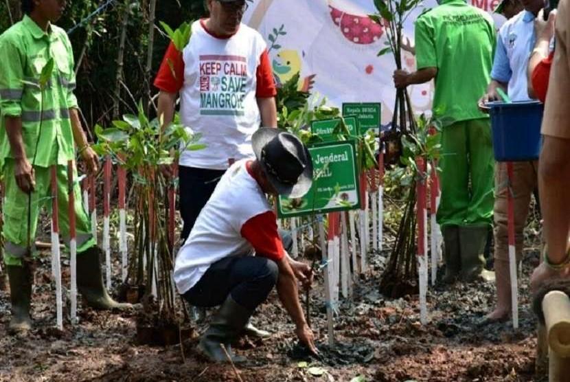 Kementerian Lingkungan Hidup dan Kehutanan, menggelar kegiatan penanaman Mangrove yang dipimpin  Direktur Jenderal Pengendalian Daerah Aliran Sungai dan Hutan Lindung (PDASHL), Ida Bagus Putera Parthama,