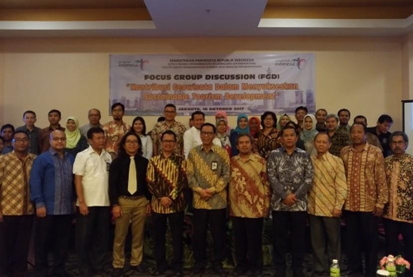 Kementerian Pariwisata (Kemenpar) bersama dengan Universitas Negeri Jakarta (UNJ) melaksanakan Focus Group Discussion (FGD). Mengangkat tema Kontribusi Geowisata Dalam Menyukseskan Sustainable Tourism Development di Hotel Maxone, Jakarta Timur Rabu (18/10).