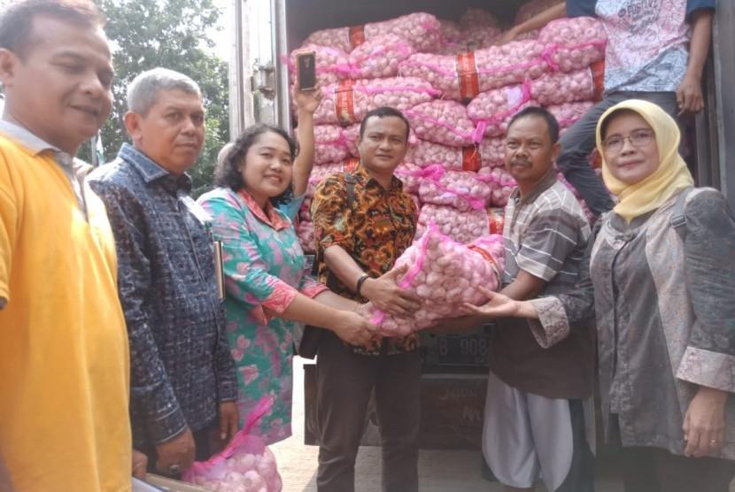 Kementerian Pertanian (Kementan) melakukan operasi pasar berupa bawang putih dan bawang merah, di Pasar Induk Kramat Jati, Jakarta, Jumat (5/4). Operasi pasar dilaksanakan guna menjaga stabilitas harga dan pasokan di pasar.