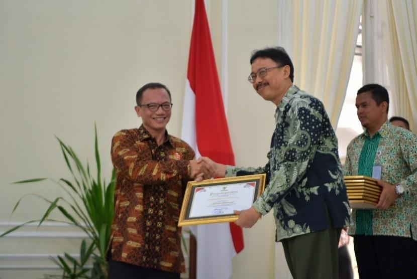 Kementerian Pertanian meraih penghargaan kategori pengelola informasi publik terbuka 2018 di Istana Wakil Presiden.