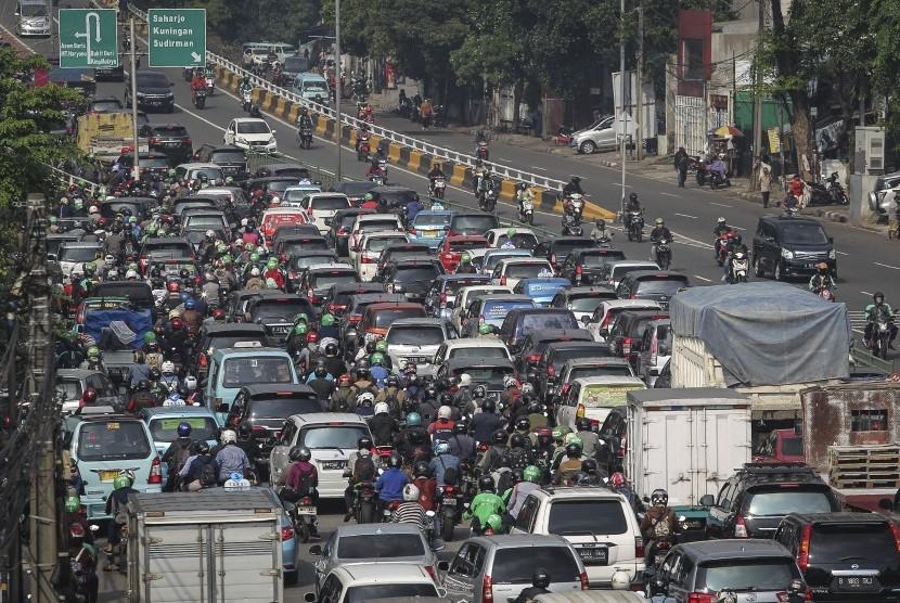 Kendaraan bermotor terjebak kemacetan di Jalan KH. Abdullah Syafei, Jakarta.