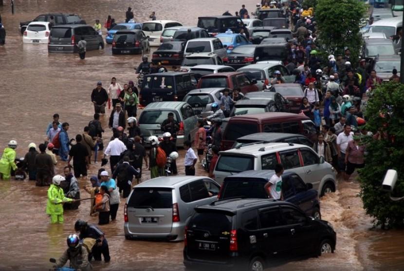 Kendaraan bertumpuk akibat banjir Jakarta, Kamis (17/1)